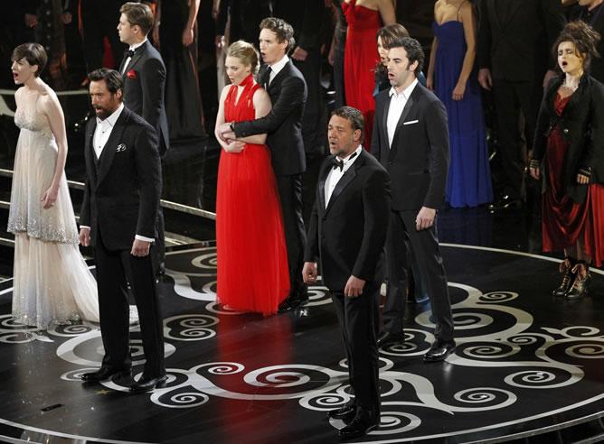 reparto-principal-Miserables-numero-musical-durante-ceremonia